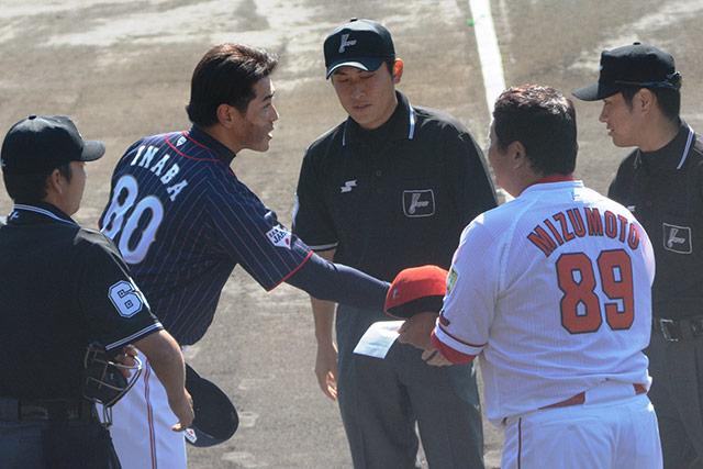試合前のメンバー交換を行う稲葉篤紀監督