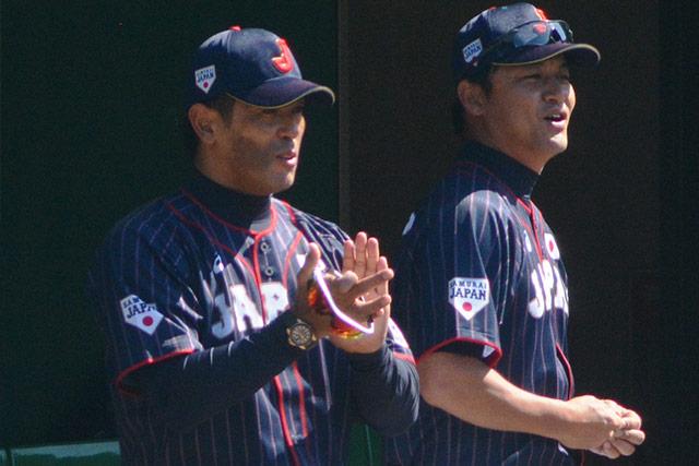 始球式で拍手を贈る稲葉篤紀監督と金子誠ヘッドコーチ